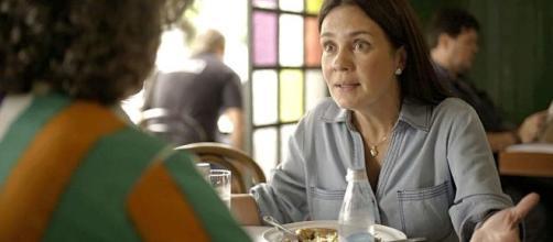 Thelma tem a ideia de servir como barriga solidária em 'Amor de Mãe'. (Reprodução/TV Globo)