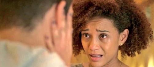 Vitória conforta Sandro em cena da novela 'Amor de Mãe'. (Reprodução/TV Globo)