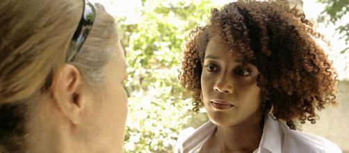 Vitória (Taís Araujo) entrevista moradores de Guaporim para coletar provas contra Álvaro. (Reprodução/Globo)