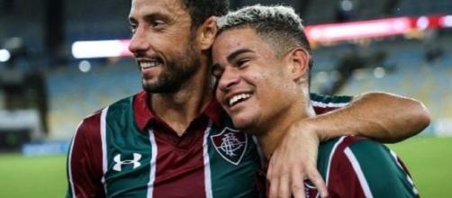 Abraçado por Nenê, Miguel é um dos destaques do Fluminense na temporada. (Foto: Lucas Merçon - www.fluminense.com.br)