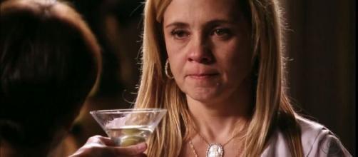 Carminha e Nina se enfrentam em 'Avenida Brasil'. (Reprodução/TV Globo)