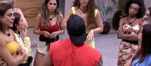 Hadson cercado e cobrado pelas mulheres: um dos grandes momentos da atual edição do 'BBB20'. (Reprodução/TV Globo)