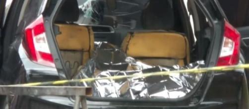 Carro tinha três corpos dentro. (Reprodução/TV Globo)