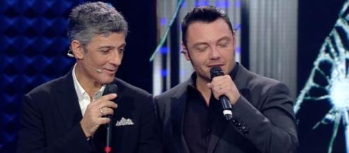 Sanremo: scatta il bacio tra Fiorello e Tiziano Ferro.