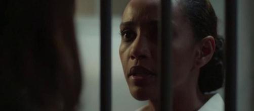 """Taís Araujo em cena de """"Amor de Mãe"""" na qual Vitória visita cliente preso; advogada defenderá ativista. (Reprodução/TV Globo)"""