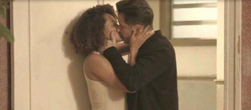 Vitória e Raul se beijam em 'Amor de Mãe'. (Reprodução/TV Globo)