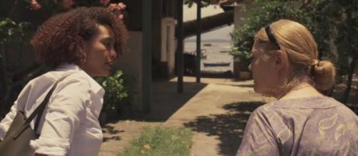 Vitória (Taís Araujo) na entrada da casa de Nicete (Magali Biff) em cena exibida na quarta (5) na trama. (Reprodução/TV Globo)