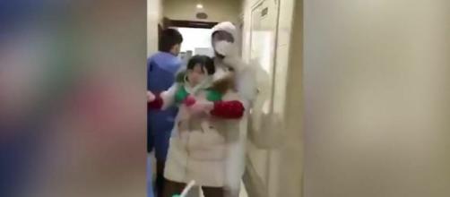 Coronavirus, un video dalla Cina mostra presunti malati portati via di casa a forza da autorità in tuta antisettica.