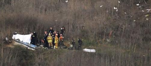 El terreno de difícil acceso y la presencia de fanáticos complicaron las investigaciones del accidente aéreo donde falleció Kobe. - univision.com
