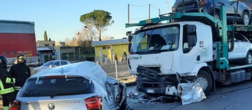 Roma, auto si scontra con camion bisarca: due vittime