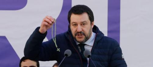 Salvini di fronte alla folla durante un comizio.