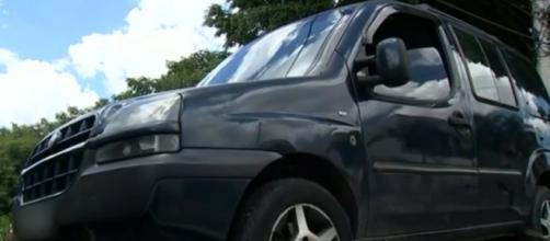 Homem se pendurou no bagageiro do veículo e caiu. (Reprodução/TV Tem)
