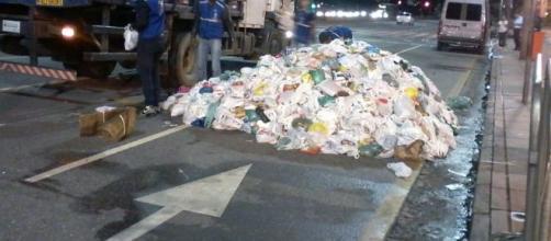 Montanha de alimentos abandonados após show da cantora Pabllo Vittar. (Reprodução)