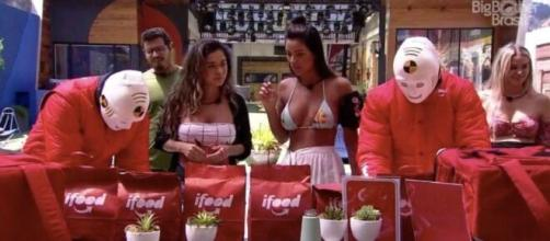 Brothers recebem comida de aplicativo no 'BBB20'. (Reprodução/TV Globo)