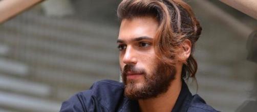Can Yaman fue acusado por una fan turca de haberla agredido en un bar - bekia.es