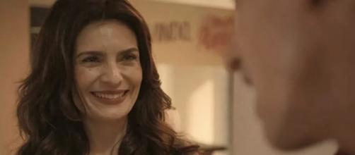 Leila fica de olho no namorado da melhor amiga em 'Amor de Mãe'. (Reprodução/TV Globo)