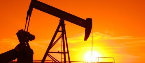 Petrolio, crollo quotazioni, sono attesi dei vantaggi.