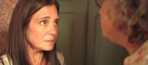 Thelma é pressionada por Jane em cena de 'Amor de Mãe'. (Reprodução/TV Globo)