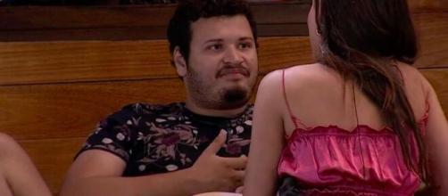 Victor Hugo conversa com Mari na área externa do 'BBB20'. (Reprodução/TV Globo)
