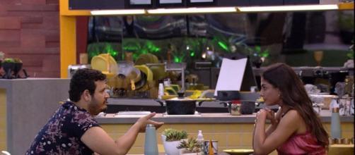 Victor Hugo e Mari conversam na cozinha da Xepa. (Reprodução/TV Globo)