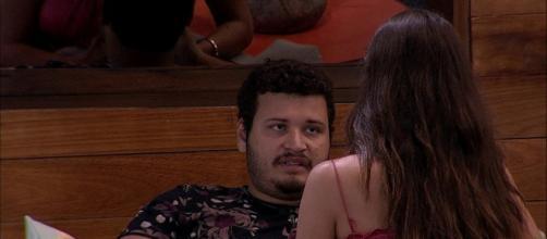 Victor Hugo fala com Mari na área externa. (Reprodução/TV Globo)