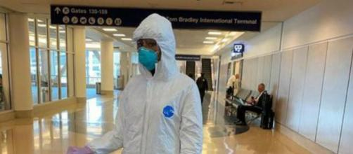 Em Los Angeles, modelo Naomi Campbell é flagrada usando roupa 'anticoronavírus'. (Reprodução/Instagram)