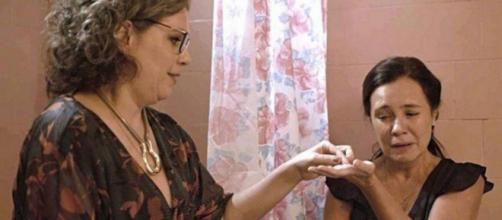 Thelma esconde as alianças e Jane a convence a entregar as joias. (Reprodução/TV Globo)