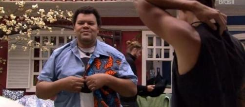 'BBB20': Babu experimenta camisa antes da festa do líder. (Reprodução/TV Globo)