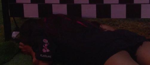 Flayslane deita no gramado e chora durante festa. (Reprodução/TV Globo)
