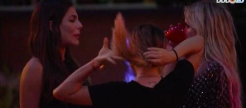Mari desabafa com Marcela e Gabi durante festa. (Reprodução/TV Globo)