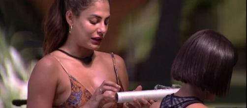Mari pega Flayslane falando dela. (Reprodução/TV Globo)