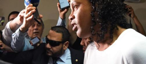 Ronaldinho Gaúcho chega para prestar depoimento no Palácio de Justiça de Assunção. (Arquivo Blasting News)