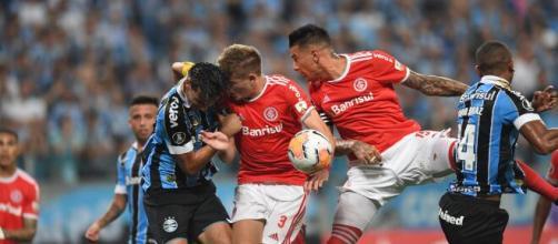 Jogadores do Inter e do Grêmio brigam no Gre-Nal 424. (Ricardo Duarte/S.C Internacional)