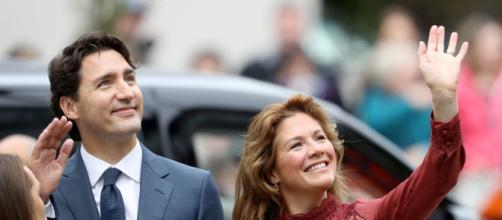 Justin Trudeau acena ao lado de sua mulher, Sophie Gregoire Trudeau. (Arquivo Blasting News)
