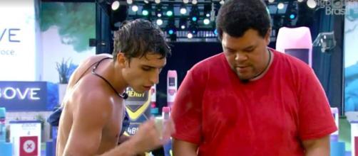 Prior combina estratégia de jogo com Babu. (Reprodução/TV Globo)