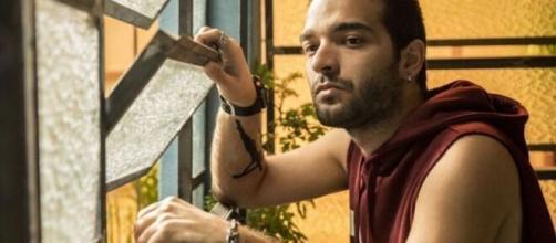 Sandro começa a temer Magno em 'Amor de Mãe'. (Reprodução/TV Globo)