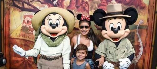Simone posa com o filho e a Minnie na Disney. (Reprodução/Instagram/@simoneses)
