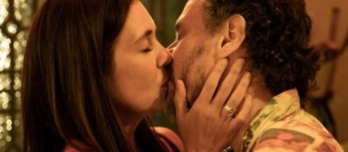 Thelma beija Durval em cena do folhetim de Manuela Dias. (Reprodução/TV Globo)