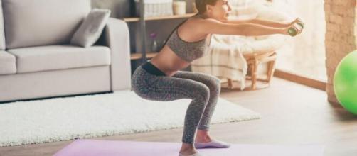 Una joven haciendo ejercicio en su casa