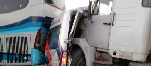 Van ficou prensada entre ônibus e caminhão. (Arquivo Pessoal)