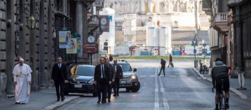 Papa Francesco a piedi a Roma: va a venerare il crocifisso che fermò la peste nel 1522