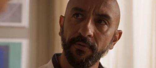 """Álvaro será capturado em meio a fuga no capítulo do dia 28 em """"Amor de Mãe"""". (Reprodução/TV Globo)"""