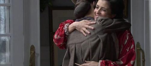 Una Vita anticipazioni spagnole: Liberto trova Maite e Camino abbracciate