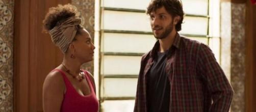 """Camila (Jéssica Ellen) e Danilo (Chay Suede) entrarão em crise por causa de ciúme em """"Amor de Mãe"""". ( Reprodução/TV Globo )"""