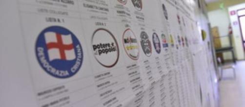 Liste elettorali in un seggio per il voto
