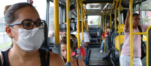 Para combater o coronavírus, prefeitura carioca proíbe passageiros em pé nos ônibus. (Arquivo Blasting News)