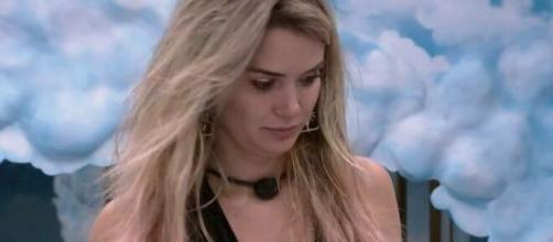 Marcela conversa com brothers sobre louça. (Reprodução/TV Globo)