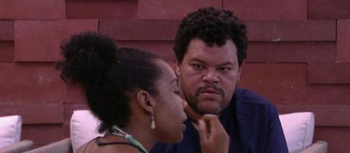 Prior levantou a hipótese deles votarem em Thelma, e Babu refutou a ideia, ressaltando que ela cairia sozinha. (Reprodução / TV Globo).