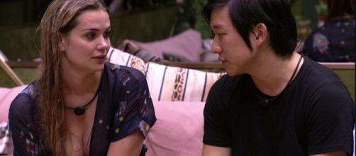 A loira ainda não aceitou a saída de Pyong. (Reprodução/TV Globo)