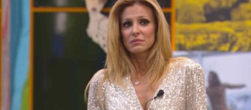 GF Vip 4, Adriana Volpe abbandona in lacrime il reality: 'Devo farlo come moglie e madre'